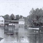 1908 En barque devant le moulin à eau de Chappes dans l'Aube