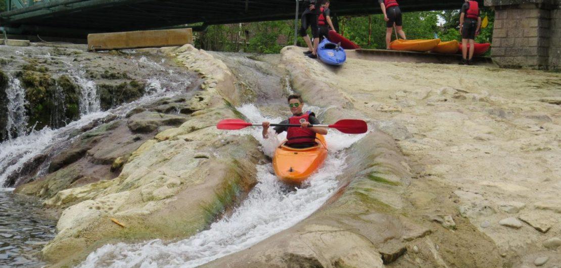 Kayak à chappes sur le barrage du moulin près de Paris