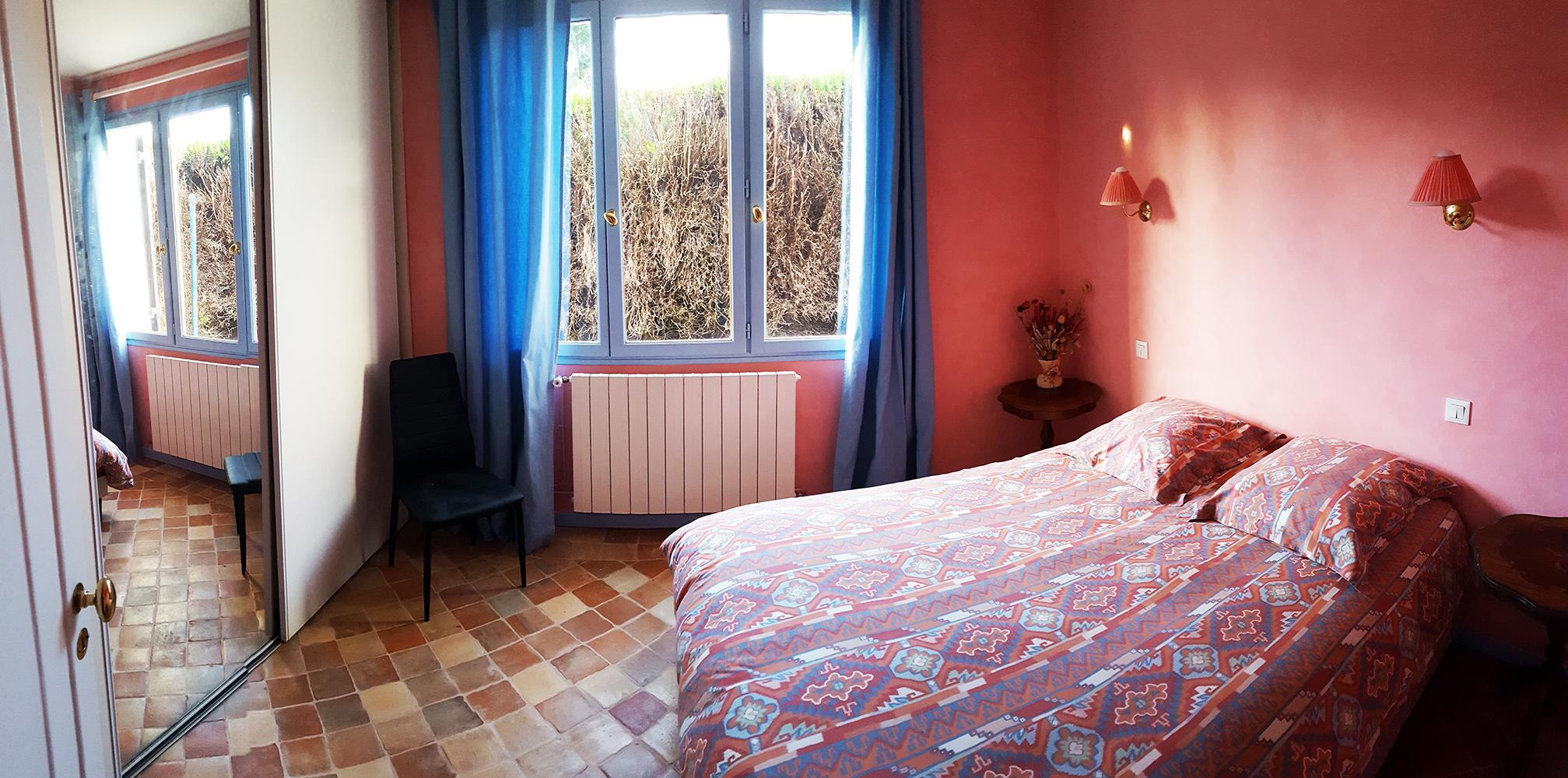Chambre 3 au rez-de-chaussée avec un lit double et un grand placard